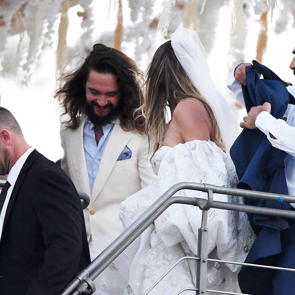 Gemeinsam gehen die Frischverheirateten unter Deck.