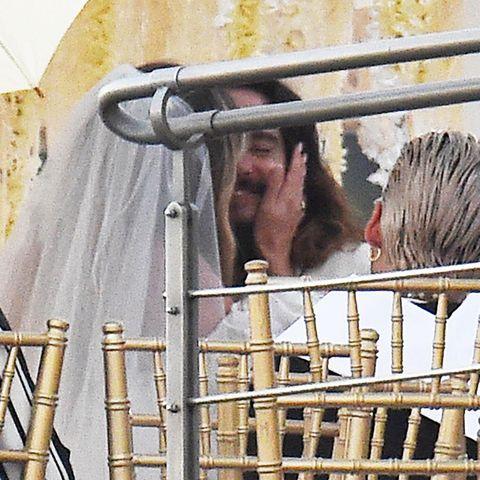 Man sieht dem Bräutigam das Glück wirklich an.