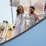 Noch einige Stunden sind es bis zur Zeremonie, aber auch hier trägt Heidi schon Weiß. Der lässige Kaftan-Look ist perfekt zum Entspannen.