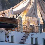 Die opulente Blumendekoration unterm Baldachin verzaubert das Schiff in eine traumhafte Hochzeitslocation.