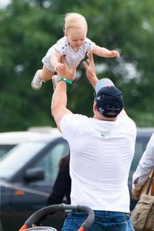 3. August 2019  Und nicht nur laufen kann Lena schon, sondern mit Hilfe von Papa Mike auch fliegen.