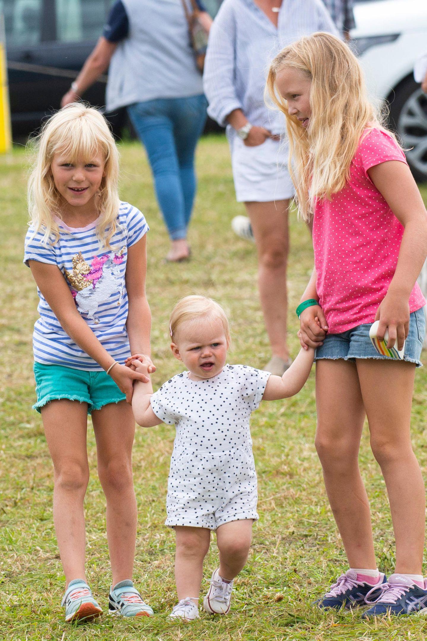 3. August 2019  Auch am zweiten Tag desFestivals of British Eventing stapft Lena über das Gelände von Gatcombe Park, diesmal allerdings mit ihren Cousinen Isla und SavannahPhillips.