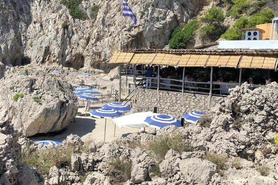 """Das Restaurant """"Il Fonteline"""" auf Capri. Das Foto zeigt Heidis und Toms Hochzeitsgesellschaft beim Entspannen."""