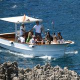 """Am Tag nach dem Jawort lassen Heidi und Tom die rauschende Party am Vorabend relaxt angehen. Mit dem Boot fahren sie und ihre Gäste zum Edel-Restaurant """"La Fontelina""""."""