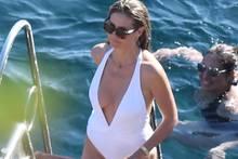 Auch der schlichte Badeanzug ist ganz in weiß gehalten, Heidis absoluter Lieblingsfarbe an diesem Hochzeitswochenende.