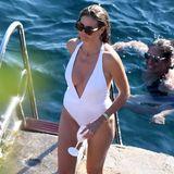 """Heidis weißer Badeanzug mit XXL-Ausschnitt stammt vom Label Melissa Odabash. Der """"Tahiti knotted halterneck""""-Badeanzug ist ein aktuelles Modell und für 276 Euro zu haben."""