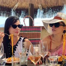 """Melissa von Faber-Castell und Victoria Swarovski genießen im Sommer 2019 die Sonnenseite des Lebens. Zumindest sieht dieses Instagram-Foto ganz danach aus. Es zeigt die beiden Freundinnen beim Lunch mit einem großen Teller Pasta vor sich. """"So werden wir bikinifit"""", kommentiert Victoria den Schnappschuss scherzhaft. Ob sich die Strand-Schönheit tatsächlich täglich Spaghetti gönnt, bleibt ihr gut behütetes Geheimnis."""