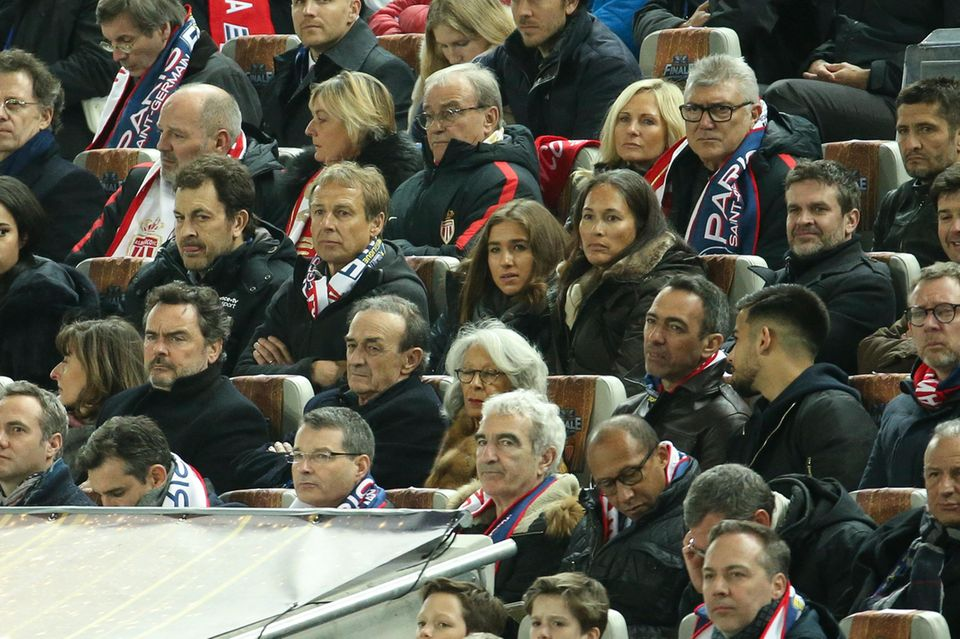 Drei von vier Klinsmännern im Fußballstadion: Jürgen, Laila und Debbie Klinsmann besuchen ein Fußballspiel von Paris Saint-Germain.