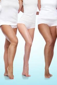 Scheuernde Oberschenkel, fünf Frauen in weißer Unterwäsche, nackte Beine, hellblauer Hntergrund