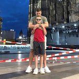"""5. August 2019  Lukas Podolski postet ein Bild von sich und seinem Sohn Louis. Der Fußballer und sein ältester Spross stehen vor dem Kölner Dom. """"Nichts kann uns trennen"""", kommentiert Podolski den seltenen Schnappschuss. Meistens zeigt der Kicker seine Kinder Louis und Maya nur von hinten."""