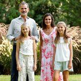 4. August 2019  König Felipe und Königin Letizia posieren mit ihren Töchtern Prinzessin Leonor und Prinzessin Sofía beim traditionellenSommer-Fototermin im Garten des Marivent-Palastes in Palma de Mallorca.