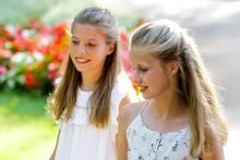 4. August 2019  Prinzessin Sofía und Kronprinzessin Leonor tragen sommerliche Outfits. Ganz schön groß sind die beiden Schwestern geworden.