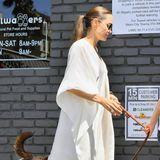 Angelina Jolie liebt ihre weißen Walle-Walle-Kleider aus leichten Stoffen wie Baumwolle und Leinen. Dank der weiten Ärmel erhält das einfache Gewand dennoch einen klitzekleinen Glamour-Faktor.