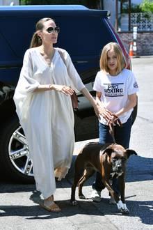 Hund müsste man sein! Zusammen mit Tochter Vivienne führt Angelina Jolie in einem fließenden, weißen Maxikleid den gar nicht mal so kleinen Familienhund spazieren.