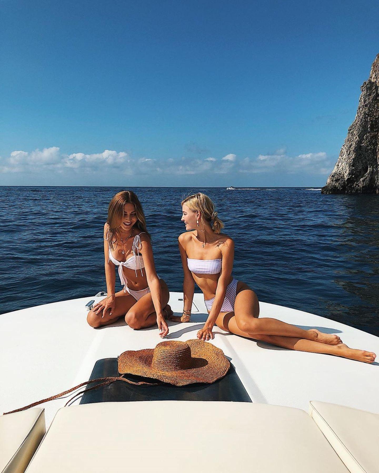 3. August 2019  Mit der besten Freundin an Bordist ein Sommerurlaub doch gleich viel schöner! Das denken sich auch Ann-Kathrin Götze und Mandy Bork. Die zwei Strand-Schönheiten genießen la Dolce Vita auf Capri und schicken ihren Fans sonnige Urlaubsgrüße per Instagram.