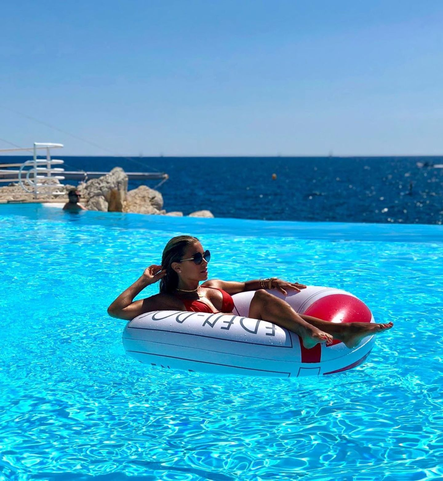 7. August 2019  Ein Traum in Blau! Ineinem großen Schwimmreifen macht es sich Sylvie Meis im Pool einesLuxus-Hotels an derCôte d'Azur gemütlich. Die perfekte Mittelmeeridylle hält ihr neuer Freund,Niclas Castello, mit diesem Schnappschuss fest und setzt seine Sylvie im Liebesurlaub natürlichauch perfekt in Szene!