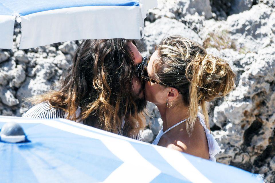 Zärtlich küssen sich Tom und Heidi.