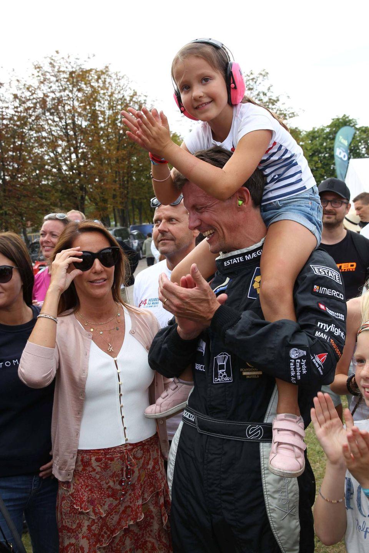 """4. August 2019  Prinzessin Athena darf ihre Eltern Prinzessin Marie und Prinz Joachim zum """"Copenhagen Historic Grand Prix"""" begleiten. Auf Papas starken Schultern und mit Ohrenschützern fiebert sie mit."""
