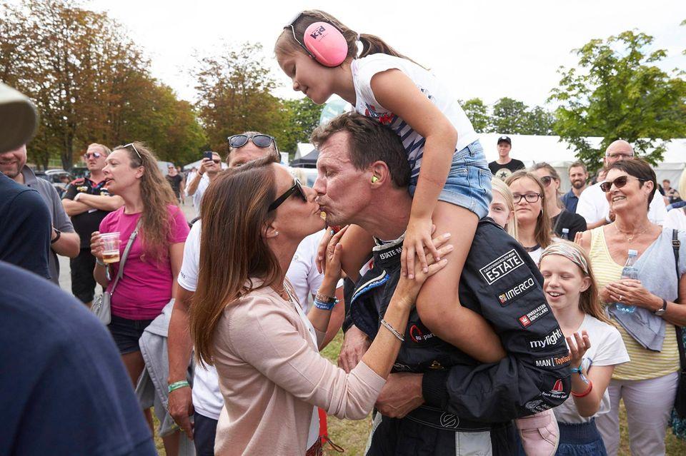 Athena schaut zu, wie Mama Marie Prinz Joachim einen Kuss gibt.