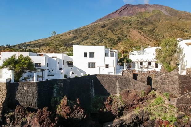 Die Villa schmiegt sich sanft in den Hügel und liegt ganz ruhig und ungestört.