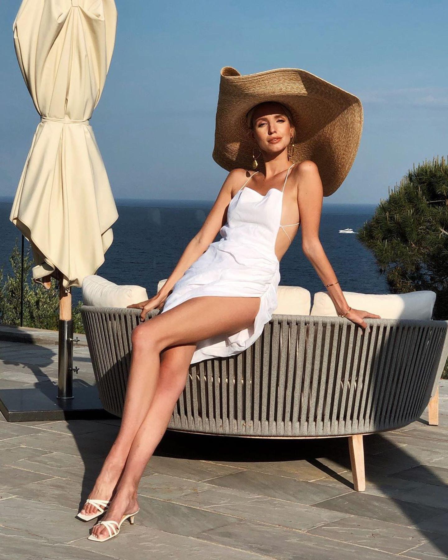 Auf sonnengebräunter Haut schmeichelt das Designerstück auch Influencerin Leonie Hanne. Kostenpunkt des It-Pieces: rund 1.300 Euro