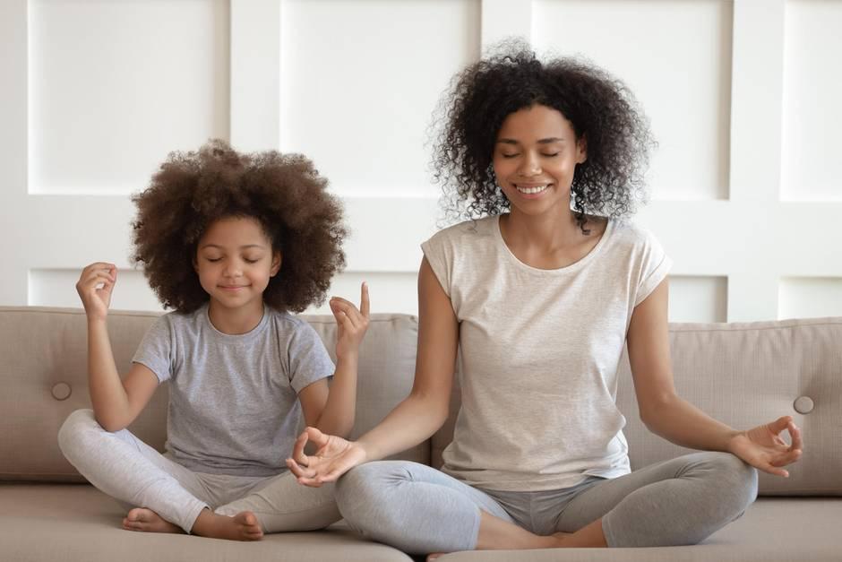 Meditation für Anfänger, Kind mit Mutter bei der Meditation