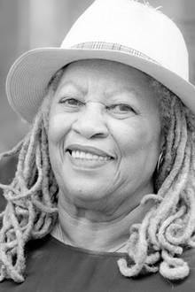 """6. August 2019: Toni Morrison (88 Jahre)  Die in Ohio geborene Schriftstellerin Toni Morrison stirbt im Alter von 88 Jahren im Montefiore Medical Center in New York. 1993 bekam sie alserste schwarze Frau den Literaturnobelpreis. Zu ihren bekannten Werken zählen """"Menschenkind"""", """"Sehr blaue Augen"""", """"Sula"""", """"Solomons Lied"""", """"Jazz"""" und """"Paradies""""."""
