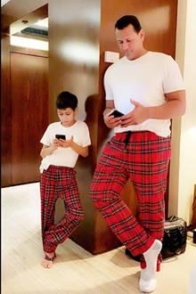 Ob Alex Rodriguez und Jennifer Lopez' Söhnchen Maxgerade parallel Online-Shopping auf ihrem Handy betreiben? Einen ähnlichen Geschmack in Sachen Mode scheinen die beidenjedenfalls zu haben – und der kommt besonders gut bei Mama JLoan. Die Sängerinpostet diesensüßen Twin-Moment zusammen mit zwei Herz-Emojis auf ihrem Instagram-Account.