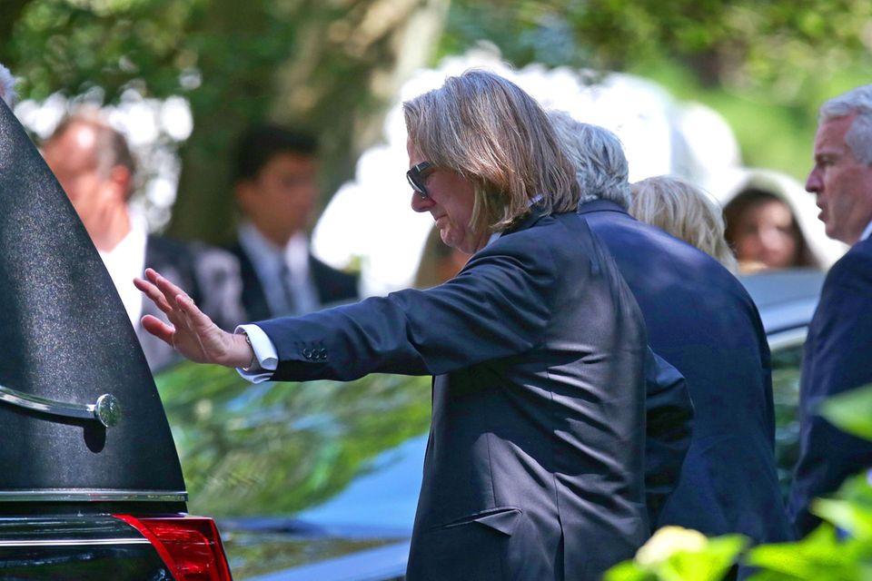 Paul Michael Hill streckt seine Hand nach dem Leichenwagen aus.