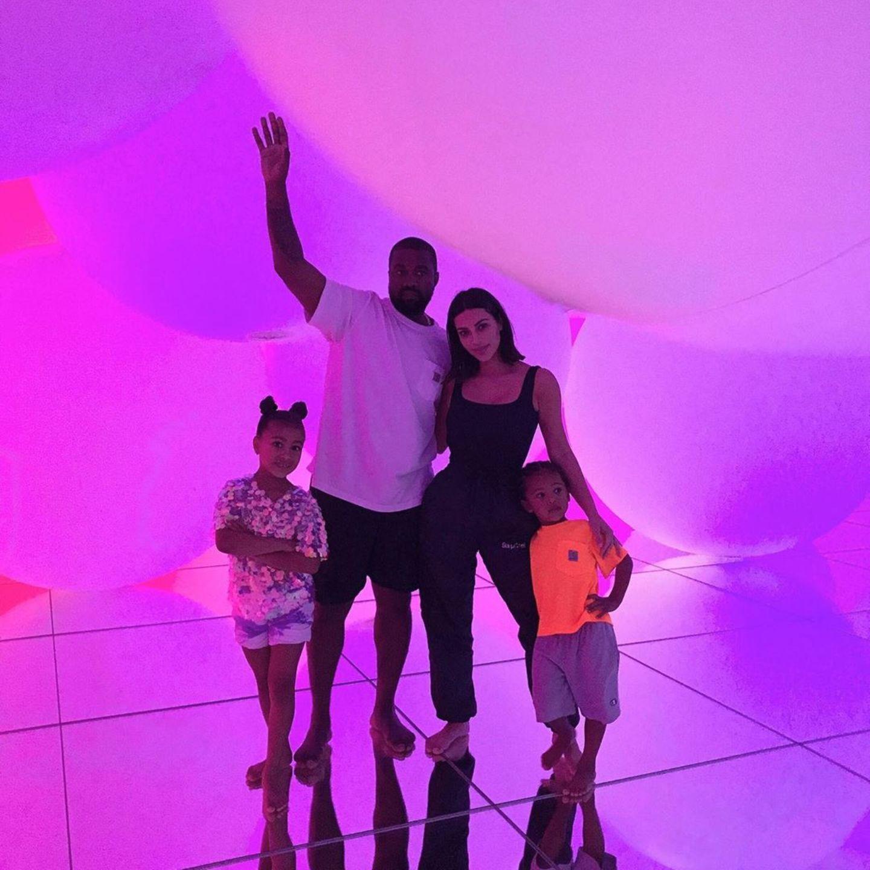 6. August 2019  Kanye West, Kim Kardashian und ihre Kids North und Saint senden via Instagram Grüße aus Japan.