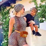 Wild Wild Women: Khloe Kardashian und ihre süße Tochter True Thompson zelebrieren den Leo-Look. Mama Khloe kombiniert dabei ein Seidentuch von Dior zur Gürteltasche von Fendi und schwarzen Sneakern von Yeezy.