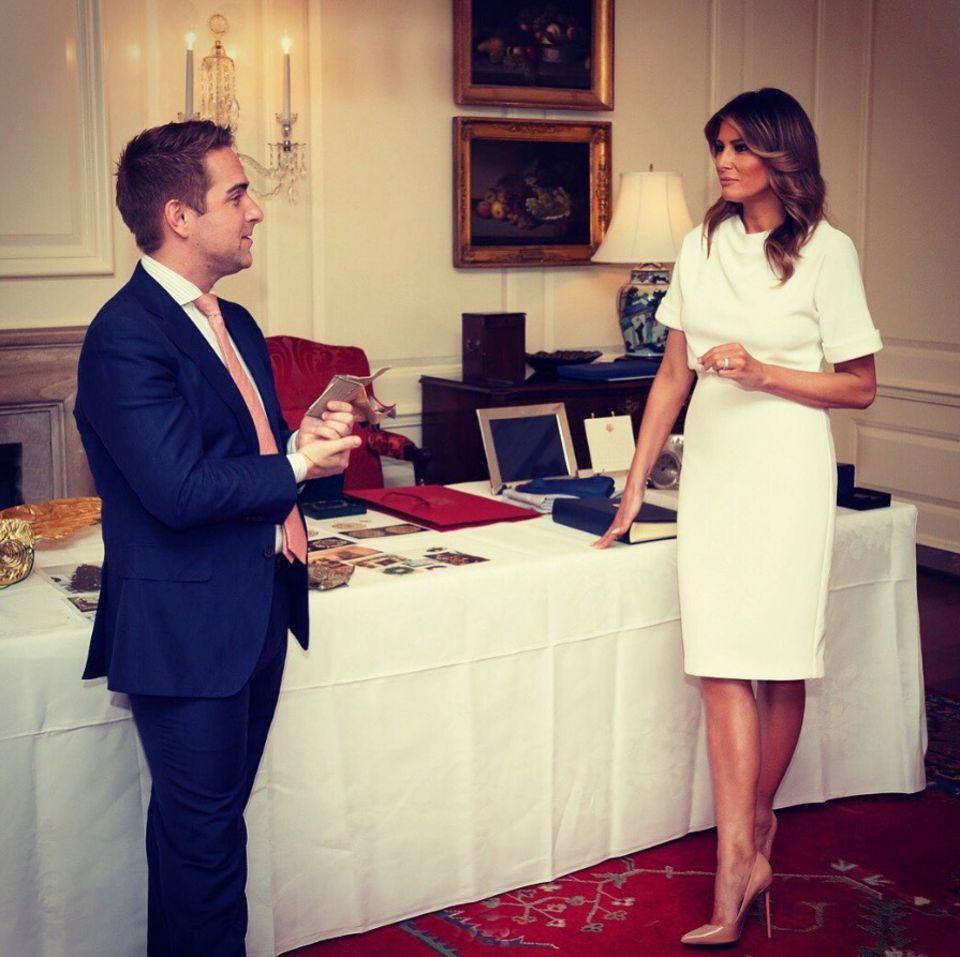 Ende Juli macht sich Melania Trump daran, die Christmas-Dekoration fürs Weiße Haus zu planen. Dafür schlüpft sie in ein weißes 2-Piece-Kleid - also ein Kleid, das so aussieht als würde sie Rock und Oberteil tragen.