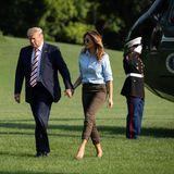 Zur hellblauen Bluse von Ralph Lauren trägt Melania Trump eine Cargohose in Khaki und passende Pumps. Das Highlight sitzt jedoch auf ihrer Nase.