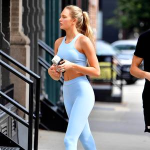 Romee Strijd liebt ihren Look in Hellblau, der etwas Farbe in die grauen Straßen New Yorks bringt.