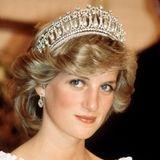 """Durch ihre Heirat mit Prinz Charles am 29. Juli 1981 wird Diana zur Princess of Wales. Die Ehe wird 1996 geschieden. Ein Jahr später, am 31. August 1997, verunglückt Prinzessin Diana bei einem Autounfall in Paris tödlich - und wird danach zur """"Königin der Herzen""""."""