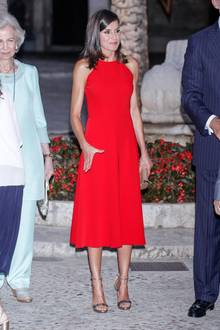 Königin Letizia von Spanien stellt ihre feurige Leidenschaft zur Schau - oder doch nur ihren guten Geschmack? Im Sommerurlaub auf Mallorca akzentuiert die schöne Südländerin ihr Outfits mit hohen Heels von Jimmy Choo und einer goldenen Clutch von Carolina Herrera.
