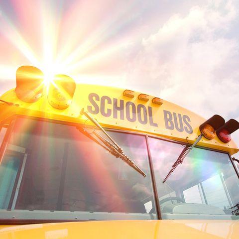 Auch Schulbusse heizen sich im Sommer massiv auf (Symbolbild)
