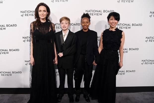 Die Menschenrechtsaktivistin Loung Ung (rechts) ist seit vielen Jahren mit Angelina Jolie und ihrer Familie (in der Mitte:Shiloh Jolie-Pitt, Zahara Jolie-Pitt) befreundet.