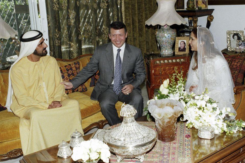 König Abdullah II. bin al-Hussein von Jordanien (Mitte) freut sich über die Hochzeit seiner Schwester Prinzessin Haya bint-Al Hussein (r.) mit Scheich Mohammed bin Raschid Al Maktoum (l.).
