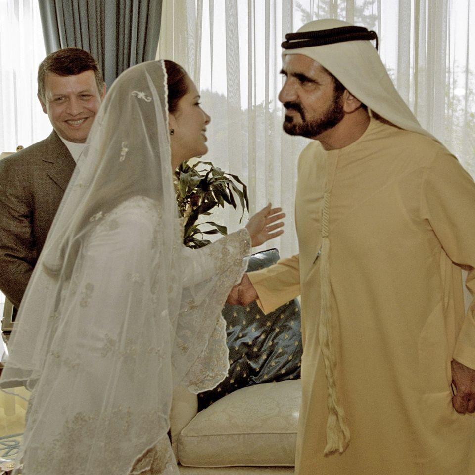 Prinzessin Haya bint-Al Hussein und Scheich Mohammed bin Raschid Al Maktoum bei ihrer Hochzeit. Im Hintergrund freut sich Hayas Bruder,König Abdullah II. bin al-Hussein von Jordanien.