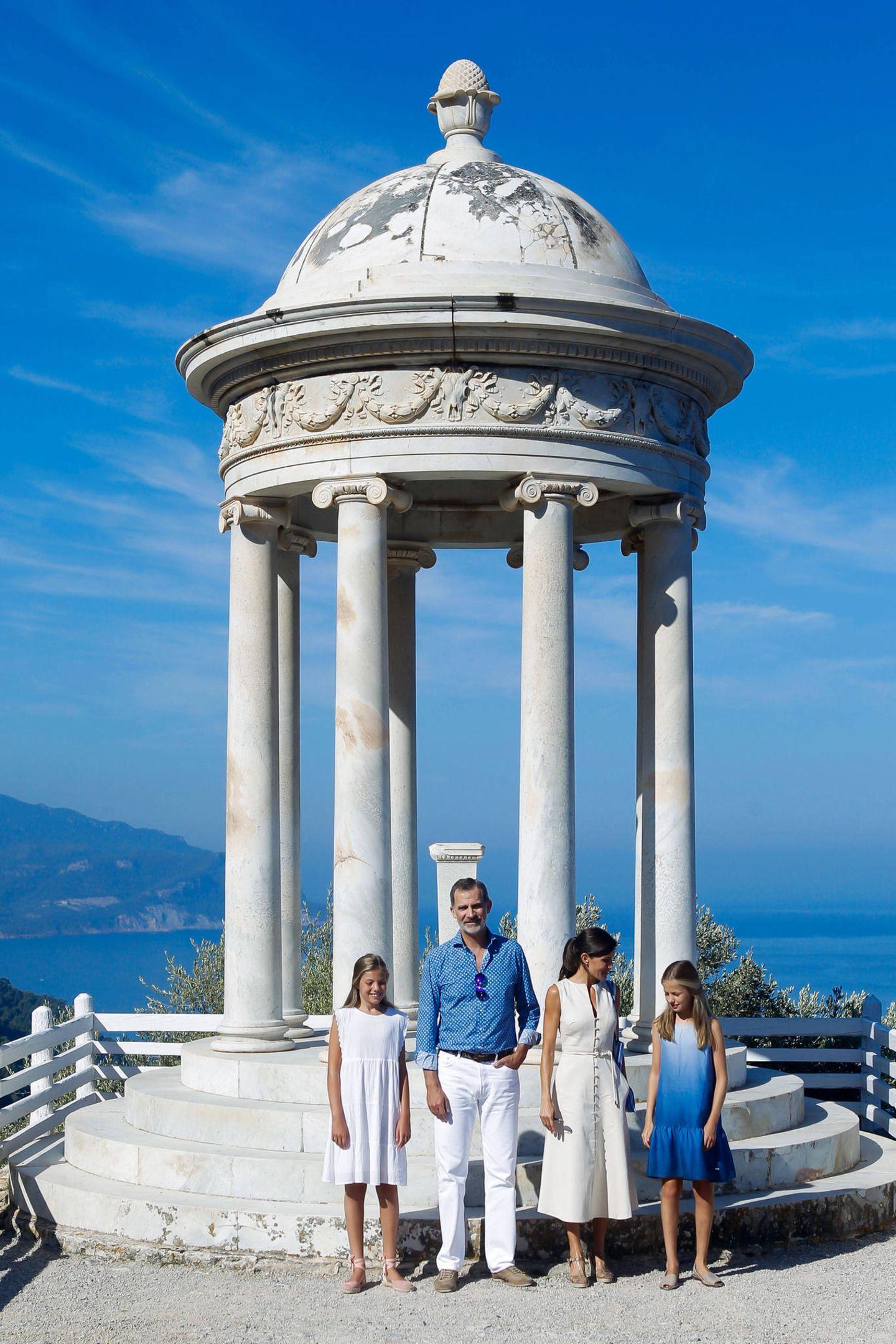 8. August 2019  Ein farblicher Augenschmaus sind die neuesten Bilder der spanischen Königsfamilie bei alljährlichen Urlaub auf Mallorca, wo Felipe, Letizia und die Prinzessinnen Leonor und Sofia das Casa Museo Son Marroig in Deia besuchen.