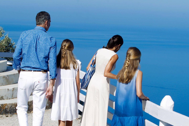 8. August 2019  Und auch die Aussicht aufs strahlend blaue Meer wird von König Felipe und seinen Liebsten natürlich ausgiebig genossen.