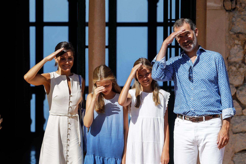 8. August 2019  Schön abgestimmt in Weiß- und Blautönen leuchtet die royale Familie mit dem blauen Himmel um die Wette. Nur die Sonne blendet doch ziemlich.