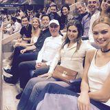 Durch Karlie Kloss und deren Ehemann Joshua Kushner kommt es wahrscheinlich auch zu diesem Treffen mit Ivanka Trump: Prinzessin Beatrice (oben rechts) schaut sich gemeinsam mit der Tochter von US-Präsident Trump, ihrem Ehemann Jared Kushner und weiteren Freunden ein Basketballspiel an.