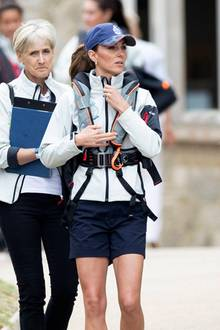 Kates sportliche Figur – vor allem ihre durchtrainierten Beine – kommen in der kurzen Sporthose, die sie für die Regatta trägt,besonders gut zur Geltung. Binnen wenigerStunden hat sich die Dreifach-Mama von einer royalen Fashionistain eine sportliche Wettkämpferin verwandelt.