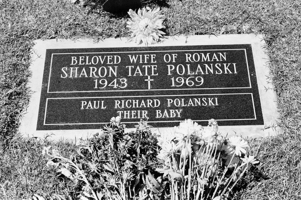 """Auf dem Grabstein von Sharon Tate steht """"Geliebte Frau von Roman - Sharon Tate Polanski"""" und es wird auf ihr ungeborenes und ebenfalls getötetes Baby verwiesen mit den Worten """"Paul Richard Polanski - ihr Baby""""."""