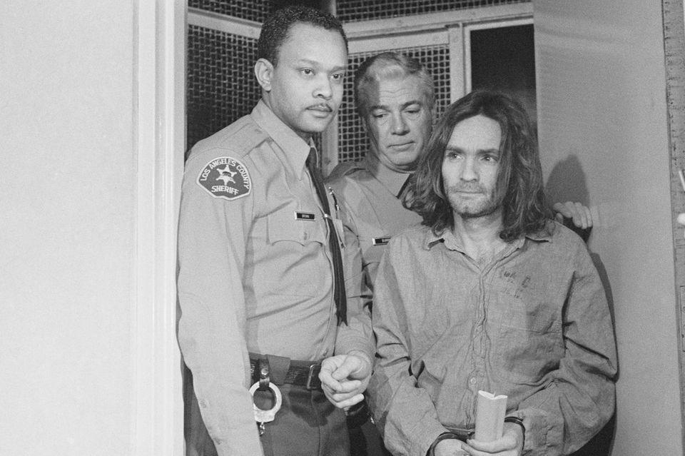 Los Angeles: Charles Manson, der Anführer des Hippie-Kultes und Initiator des Mordes an u.a. Sharon Tate, wird vor das Gericht in Los Angeles geführt. Wegen sieben Morden ist er angeklagt. Manson hat sich extra für die Verhandlung glatt rasiert. Er will sich selbst als Anwalt vertreten.