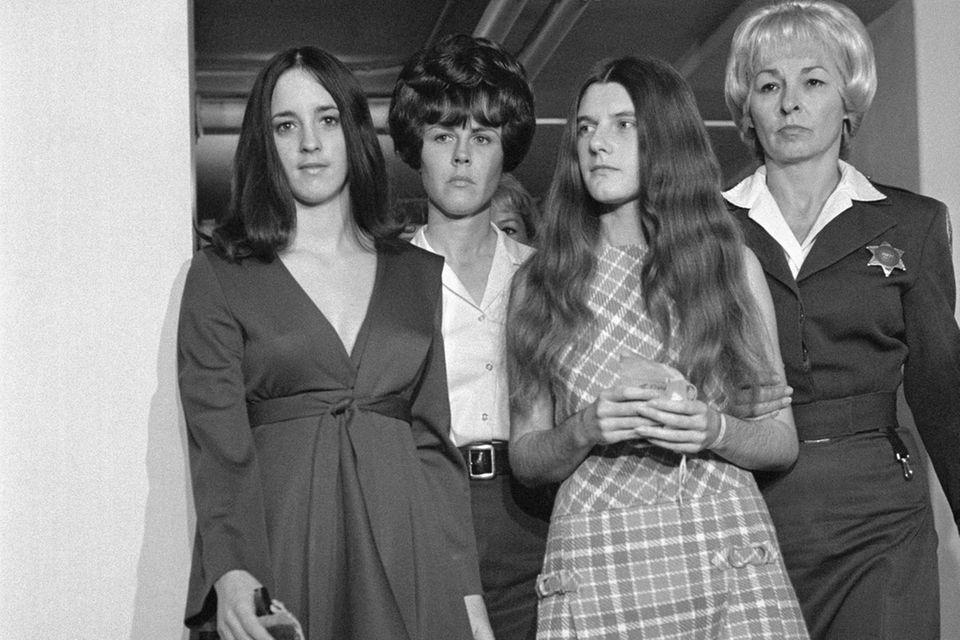 Susan Atkins (links) und Patricia Krenwinkel (rechts) kommen zur Anhörung von Charles Manson in Los Angeles. Erstere hat Sharon Tate mit 16 Messerstichen in den schwangeren Bauch getötet. Krenwinkel half ihr bei dieser bestialischen Tat.
