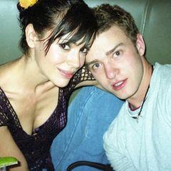 Kurz nach der Trennung von Britney Spears 2002 waren Alyssa Milano und Justin Timberlake kurzzeitig ein Paar. Alyssa sei sein großer Schwarm gewesen, gehalten hat die Beziehung dennoch nicht. Beide sind heute glücklich verheiratet. Was Justins Frau Jessica Biel wohl davon hält, dass Alyssa dieses Throwback-Bild jetzt postet?