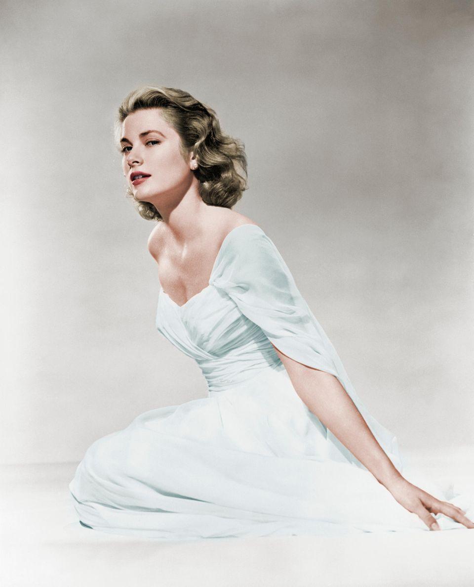 """Ihren ersten Erfolg feiert die 1929 geborene US-amerikanische Schauspielerin Grace Kelly an der Seite von Gary Cooper in dem Western """"Zwölf Uhr mittags"""". Für ihre Hauptrolle in """"Ein Mädchen vom Lande"""" wird sie 1955 sogar mit dem Oscar ausgezeichnet."""